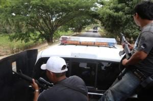 """AQUILA, MICHOACÁN, 31MAYO2015.- Continuan los operativios por parte de los grupos de autodefensas de la costa del estado. Este sabado se realizó la detención de Juan Hernández, por elementos de la Fuerza Rural de Aquila, Coalcomán, Chinicuila y Coahuayana, derivado de diversas investigaciones por sus nexos con el cártel de los Caballeros Templarios; asi como al Subsecretario de Seguridad Pública en Michoacán, Adolfo Eloy Peralta*, apodado """"El Yanki"""", quien, señalan los testimonios, se ha dado a la tarea de rearticular al cartel de los Caballeros Templarios en la región Costa Sierra.  FOTO: JUAN JOSÉ ESTRADA SERAFÍN /CUARTOSCURO.COM"""
