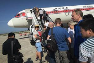 En esta imagen, tomada el 27 de junio de 2015, pasajeros embarcan en un avión de Air Koryo en el aeropuerto internacional de Pyongyang, en la capital norcoreana. (Foto AP/Wong Maye-E)