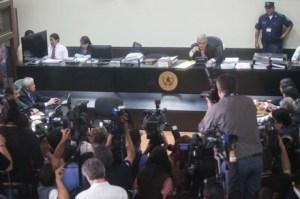 (150908) -- CIUDAD DE GUATEMALA, septiembre 8, 2015 (Xinhua) -- El expresidente de Guatemala, Otto Pérez Molina (2-i), asiste a una audiencia del juicio en su contra, en la Ciudad de Guatemala, capital de Guatemala, el 8 de septiembre de 2015. Un juez de Guatemala realiza un juicio para determinar si liga a proceso penal al expresidente Otto Pérez Molina, por los delitos de defraudación aduanera, cohecho pasivo y asociación ilícita, de acuerdo con información e la prensa local. (Xinhua/Luis Echeverría) (le) (jg) (ah)